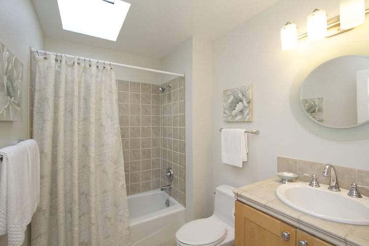 Full 2nd Bathroom Upstairs